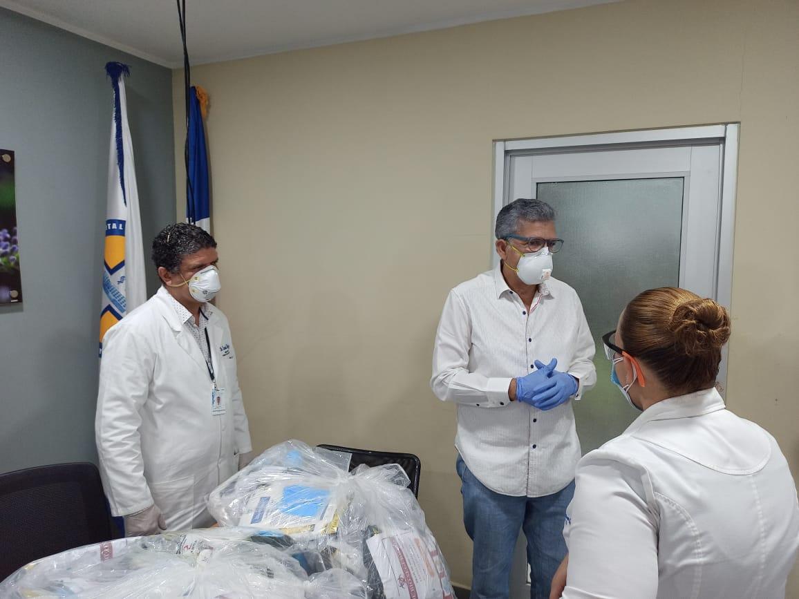 Médico dona Equipos de Protección Pesonal a hospital Cabral y Báez