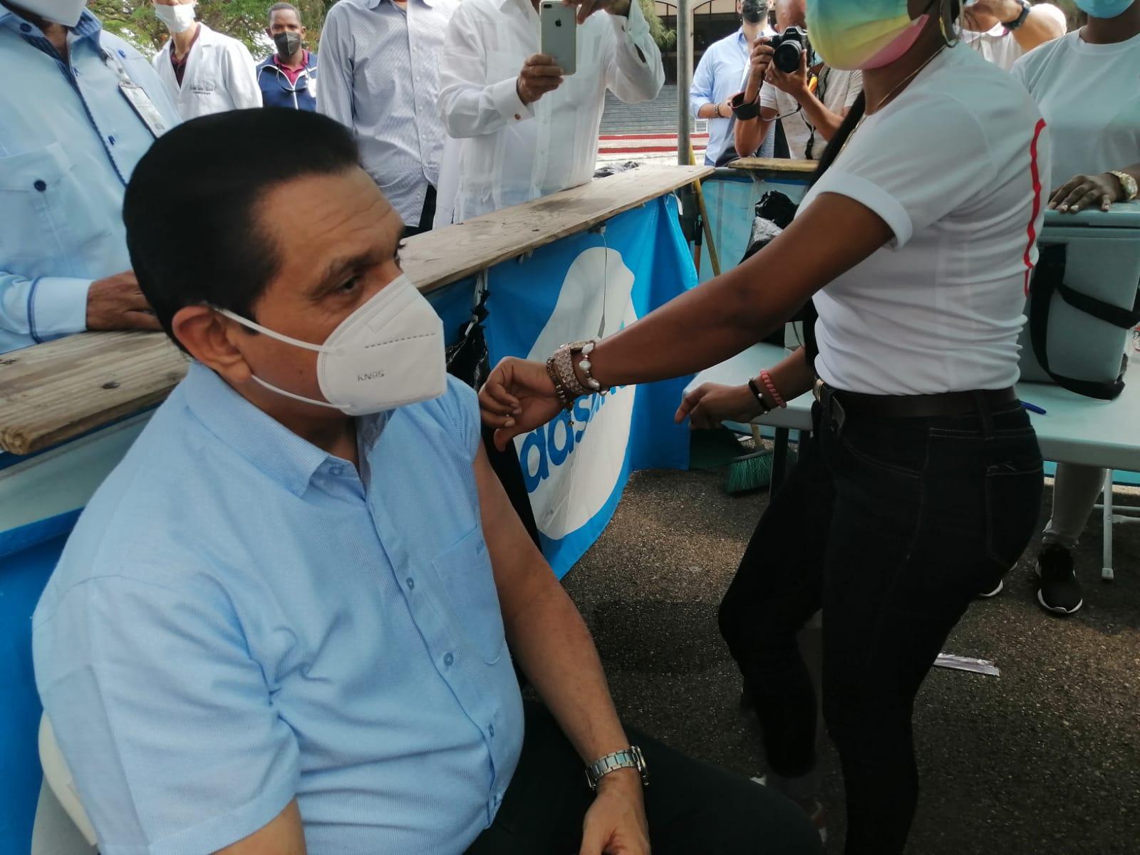 Ministro de Salud recibió tercera dosis de vacuna 💉